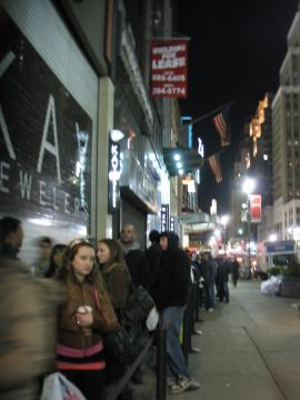 http://news.softpedia.com/images/news2/DROID-Makes-People-Line-up-in-Front-of-Verizon-s-Store-in-Big-Apple-3.jpg